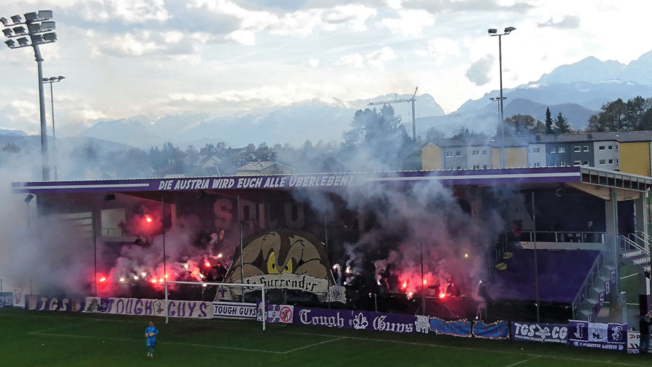 Fans bei einem Heimspiel des SV Austria Salzburg im Stadtteil Maxglan